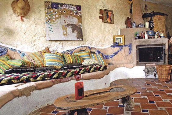 Ökologisch ausgerichtetes Haus bei Sineu-Das selbst gemauerte Sofa wird im Winter mittels eines Grundofens erwärmt und funktioniert wie eine...