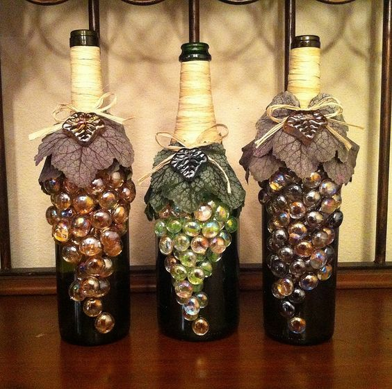 Botellas decoradas con gemas y hojas artificiales