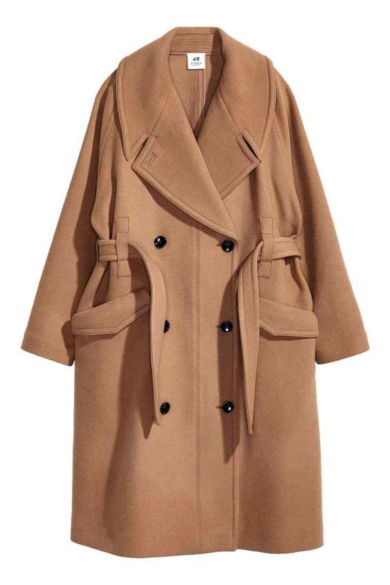 Пальто из смесовой шерсти: STUDIO COLLECTION. Двубортное пальто оверсайз из смесовой шерстяной ткани с широкими лацканами. На пальто широкий рукав реглан и частично потайной пояс на талии. Передние карманы с декоративными клапанами. Без подкладки.