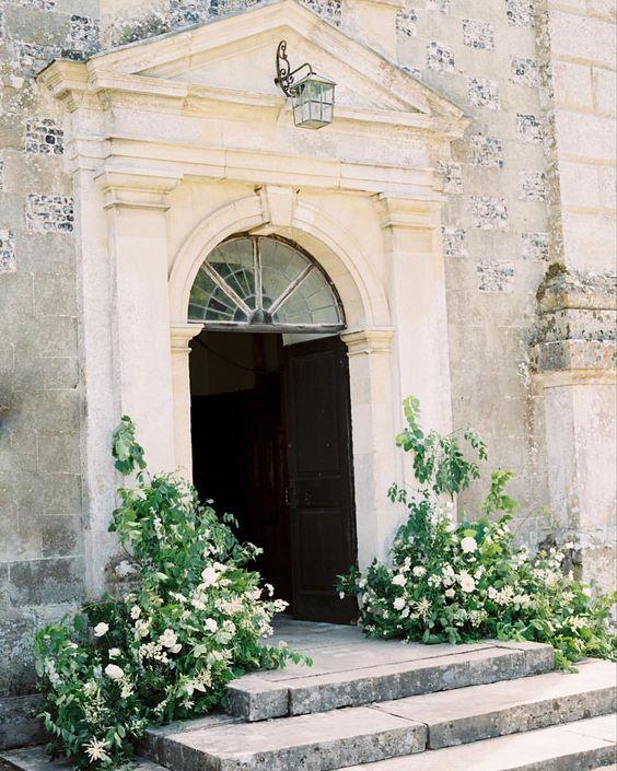 decor floral biserica intrare inspiratie nunta