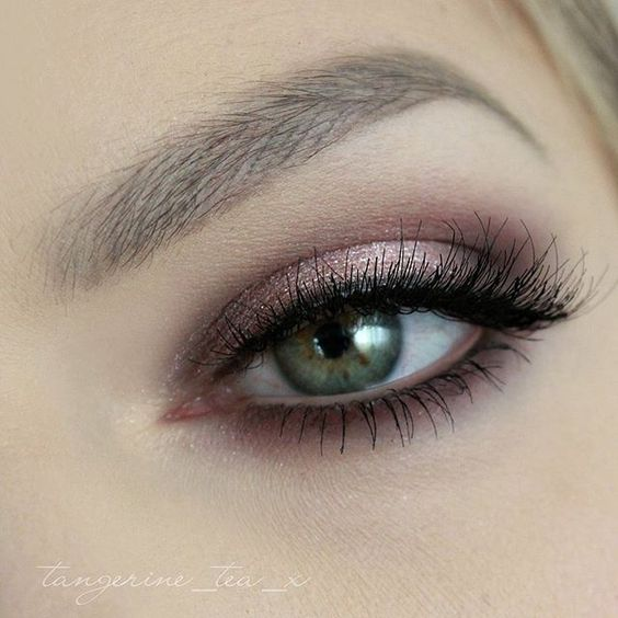 ⭐️ Rose gold smokey eye? We think YES, loving this look by @tangerine_tea_x…