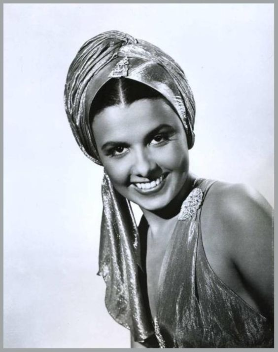 Lena HORNE '40-50 (30 Juin 1917 - 9 Mai 2010. Was an American singer, actress, civil rights activist and dancer.Horne joined the chorus of the Cotton Club at the age of sixteen and became a nightclub performer before moving to Hollywood, where she had small parts in numerous movies, and more substantial parts in the films Cabin in the Sky and Stormy Weather.Horne died on Mother's Day, May 9, 2010, in New York City of heart failure.