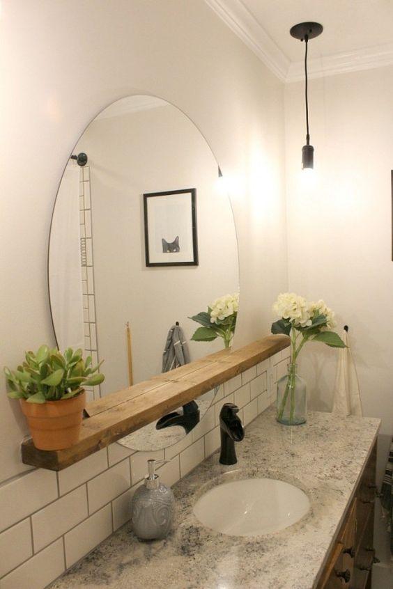 Grand miroir rond dans une salle de bain girly