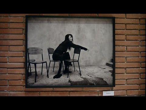 A Rome, une exposition en mémoire de la photographe Kate Barry - YouTube