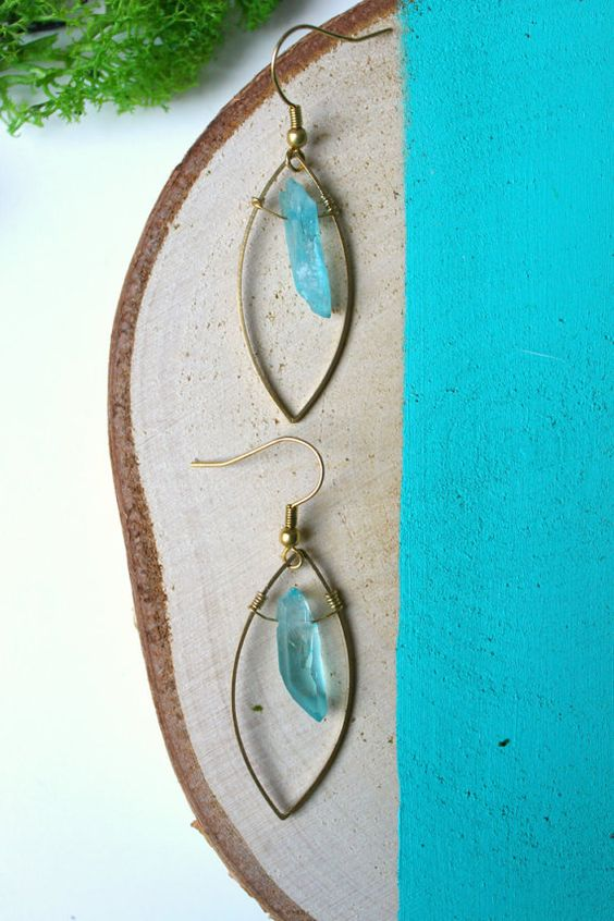 ※ Turquoise crystal in a leaf shape earrings  ※ Total lenght : 4 cm Material : Brass gold ton. Quartz comes from Asia.  ※ Each stone is different,