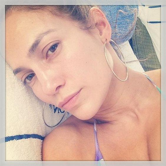 Muy orgullosa Jennifer López se dejó ver al natural. No debería usar tanto maquillaje ya que tiene una piel muy bonita. Además se ve más joven.