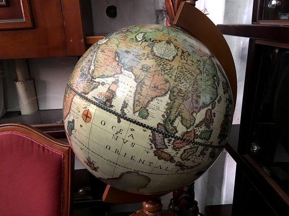 Глобус в библиотеке собора. Фото: Evgenia Shveda