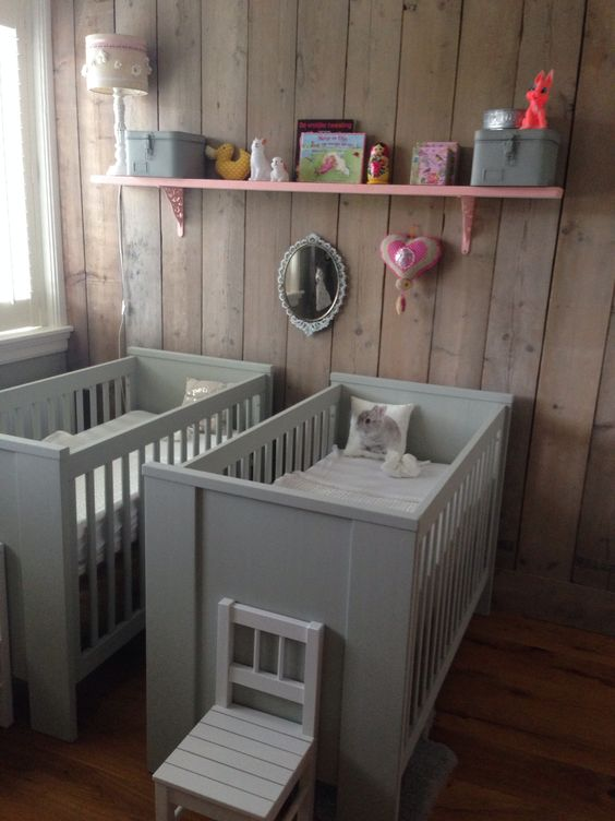 2 ledikantjes opnieuw geschilderd in grijs groene kleur voorop tweeling babykamer babyroom - Muur kleur babykamer meisje ...