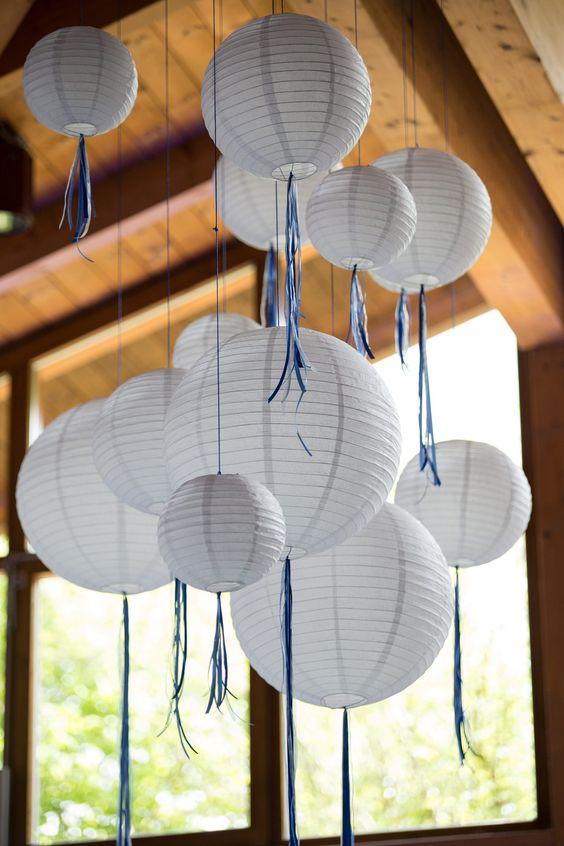 feste feiern Tegernsee, Hochzeit, Osterseen, Iffeldorf, weiß-blau, Lampions von der Decke hängend, blaues Schleifenband
