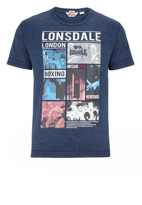 Das sportliche T-Shirt mit Rundhalsausschnitt von Lonsdale überzeugt mit dem stylischem Frontprint mit Boxsport-Motiven, sowie den doppelten Overlock-Nähten und bietet darüber hinaus einen angenehmen Tragekomfort.  Material: 67% Baumwolle, 33% Polyester...