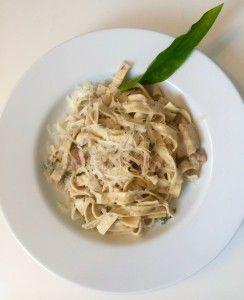 Pasta mit cremiger Bärlauch-Pilzsauce: Eigentlich wollte ich heute ein Bärlauchrisotto  kochen und für euch hochladen, doch während die Zwiebeln schon in der Pfanne waren, habe ich gemerkt, dass ich gar keinen Risottoreis mehr in der Vorratskammer habe… so ist ein Pastagericht daraus geworden, welches aber so unglaublich lecker war, dass ihr es unbedingt ausprobieren müsst. Rezept findet ihr auf meinem Blog: www.janalavendel.de