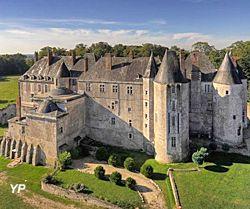 Le château de Meung sur Loire,  façade XIIIe s. L'un des plus vastes et des plus anciens châteaux du Val de Loire, était jusqu'à la Révolution française, la prestigieuse résidence épiscopale des évêques d'Orléans. Avec ses 2 façades médiévales et classiques, ce château a accueilli de grands noms de l'Histoire de France : Louis XI y passe en carrosse, Jeanne d'Arc à cheval et François Villon les chaînes aux pieds...