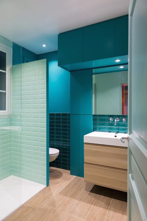 Bathroom with blue tiles and paint in wooden flour | Salle de bain avec des carrelages et murs bleus et un parquet en bois clair