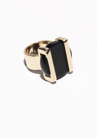 Make a statement with this elegant black onyx medallion ring, set in shiny bars. Due to the nature of gemstones, each piece has a unique appearance.
