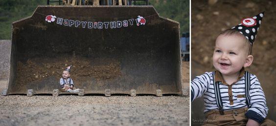Kinder Foto-Shooting | Baumaschinen | Caterpillar | Radlader | 1. Geburtstag | Kein Cake-Smash | Kinderfotografie  (C) Kerstin Pinnen Fotografie