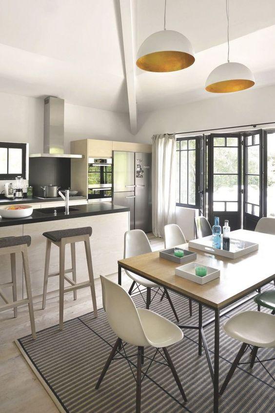 une cuisine ouverte contemporaine avec bar sur la salle. Black Bedroom Furniture Sets. Home Design Ideas