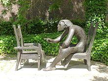 oMaak een leuke foto bij het monument voor Louis Paul Boon in de tuin van het Stedelijk Museum van Aalst. Boon was een bekende Aalsterse schrijver.