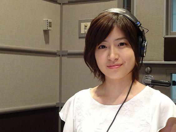 ヘッドフォンを付ける南沢奈央