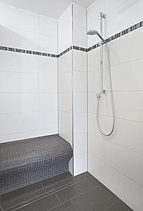 bodengleiche Dusche mit Rinnenablauf; mit Sitzbank Bad Pinterest