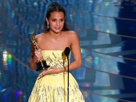 Alicia Vikander recebe o Oscar de melhor atriz coadjuvante por 'A garota dinamarquesa' (Foto: Chris Pizzello/Invision/AP):