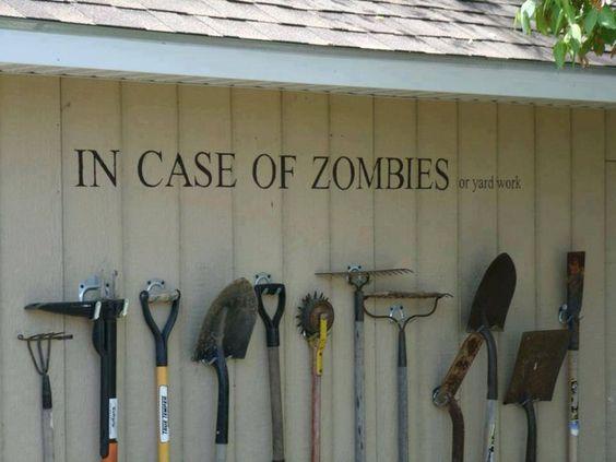 """An einer Wand hängen Werkzeuge für die Gartenarbeit. An der Wand steht """"In case of zombies or yard work"""" (""""Im Fall von Zombies oder Gartenarbeit"""")."""