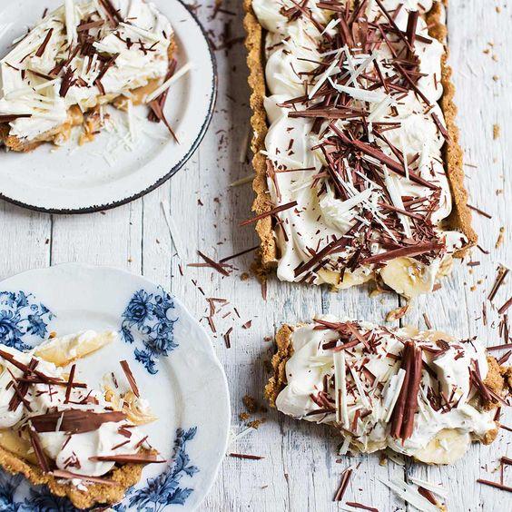 Zoute en zoete smaken worden gecombineerd in deze verrukkelijke taart met banaan, slagroom, zoute karamel en chocolade.Misschien wel het lekkerste toetje ooit. Wij zijn in er in elk geval helemaal weg van!