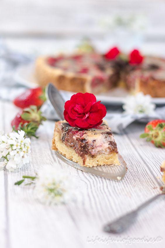 Nichts bietet sich derzeit mehr an als Erdbeeren. In einem cremigen Erdbeer-Schoko-Schmandkuchen verpackt kann man ihnen nicht widerstehen!