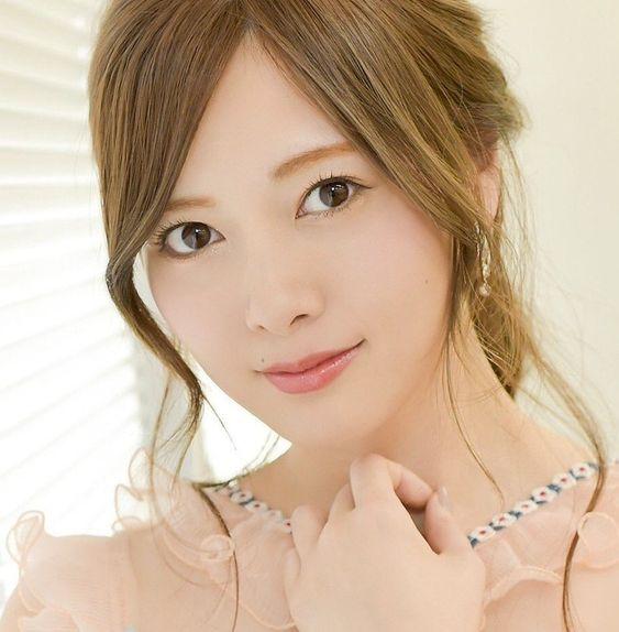 ピンクの服の白石麻衣