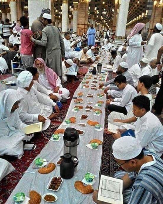 باقى حوالى 90 يوم على رمضان اللهم بلغنا رمضان و ارزقنا إفطار فى المسجد النبوى Table Decorations Decor Table Settings