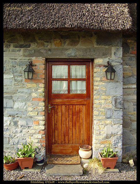 Cottage Door, County Longford, Ireland. Los tabiques de otros colores, sumados a la puerta y otros elementos de color, le da una calidez importante a la imagen.