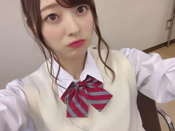 リボンのついた制服姿にアップスタイルの梅澤美波の画像