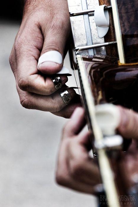 Y cuando sus manos tocan la guitarra Silvia sueña...: