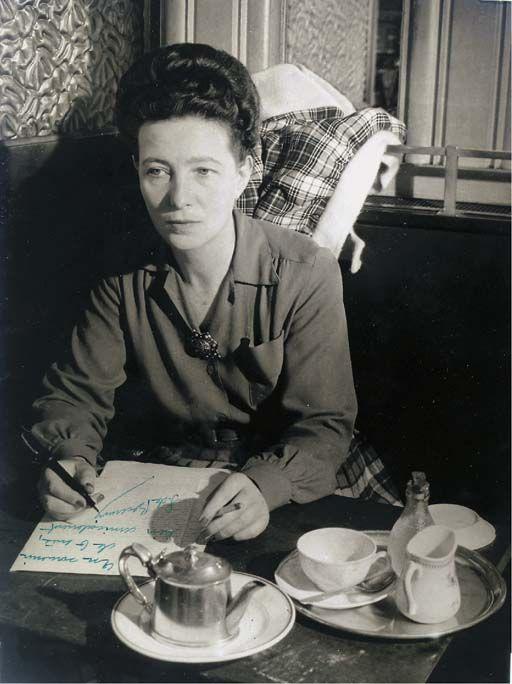 Portrait of Simone de Beauvoir, having tea at Café de Flore, Paris, c. 1945. Fotografía de Brassaï