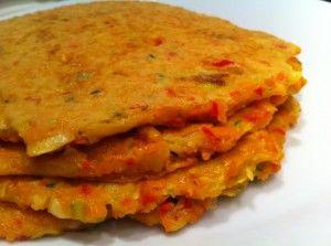 Groente pannenkoek. 3 middelgrote wortels, 1 ui, 1 paprika, 1 prei, 1 courgette, 100 gram boekweitmeel (kan ook speltmeel zijn), 2 eieren, 150 ml water