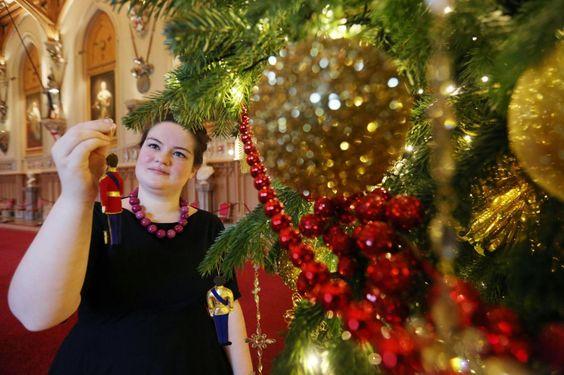 """Rosso e oro sono i colori del Natale al Castello di Windsor nel Berkshireche, insieme aBuckingham PalaceaLondrae aHolyrood PalaceaEdimburgo, è una delle principaliresidenze ufficiali della monarchia britannica. Pezzo forte, oltre all'albero di sei metri, è sicuramente la tavola imbandita con pezzi del """"Grand service"""", il servizio di piatti, usato per i banchetti ufficiali, che fu commissionato da Giorgio IV, alla ditta Bridge & Rundell. In tutto è composto da 5000 oggetti tra ..."""