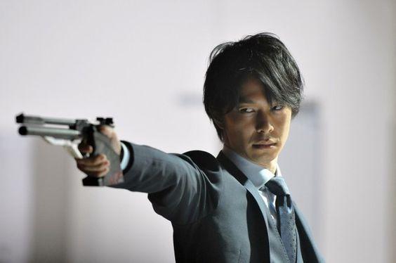 銃を構える長谷川博己
