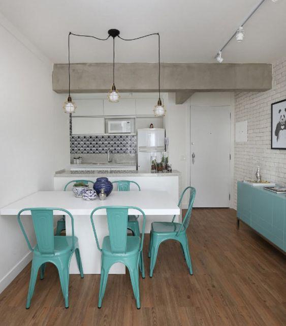 A sala deste apê de 85 m² ganhou um clima urbano graças ao revestimento de tijolinho nas paredes. Os móveis no azul clarinho funcionam como ponto de cor para o apartamento quase todo branco.