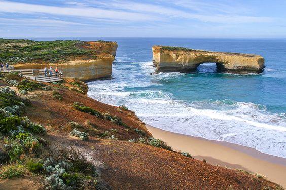 Blick von der Great Ocean Road auf eine spektakuläre Küstenlandschaft aus von Erosion, Wind und Meer geschaffenen Felsformationen, Victoria, Australien