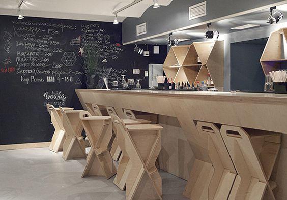 É possível montar modelos de cadeira, mesa e banqueta bem bacanas pela internet aproveitando pedaços de madeira