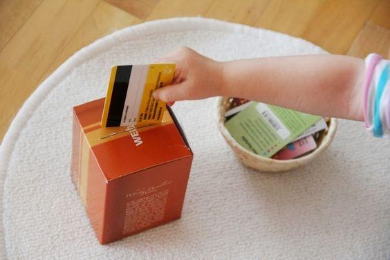 Karten in einen Karton einstecken  Montessori