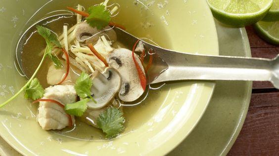 Kalorienarmer Genuss: Zitronengrassuppe mit Steinbeißer | http://eatsmarter.de/rezepte/zitronengrassuppe