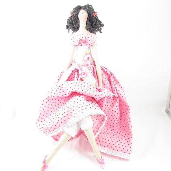 Esta hermosa muñeca hecha a mano se basa en un patrón de Tilda y se ha hecho enteramente por mí. Ella tiene un lugar bastante rosado y rojo de la parte superior de hombro con una blusa floral precioso contraste y una falda que empareja con un lazo de flores en la cintura. Debajo de su vestido son leggings de encaje bastante recortado. Ella tiene cabello rizado oscuro con dos pequeños arcos rosa.  En los pies son un par de zapatos irregulares juego rosados decorado con pequeños arcos.  Ella…