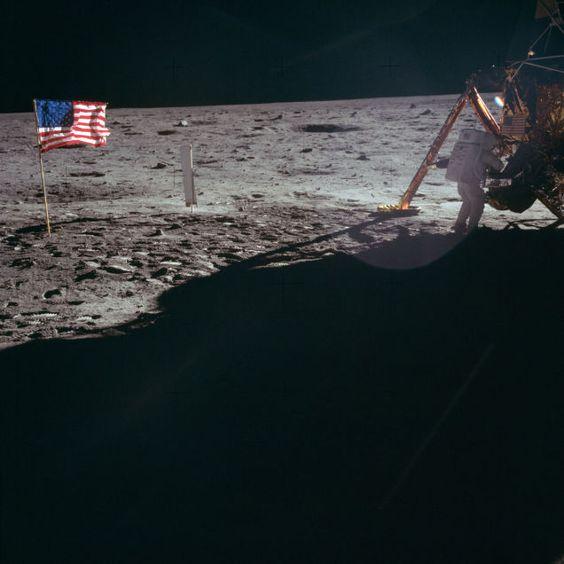 月面に国旗
