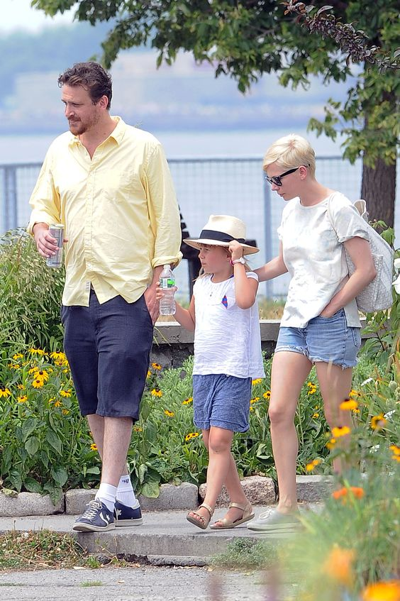 Michelle-Williams-Matilda-Ledger-and-Jason-Segel-out-for-a-walk-and-lunch-in-Brooklyn-3.jpg (2832×4256)