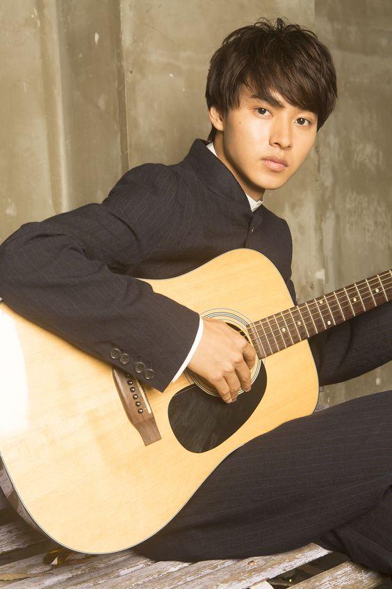 ギターを弾く山崎賢人