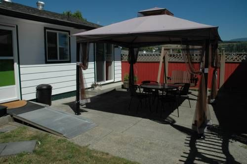 Family Vacation Home Sechelt (British Columbia) Set in Sechelt, this holiday home features a patio and a garden. Guests benefit from free WiFi and private parking available on site.  A dishwasher, an oven and a microwave can be found in the kitchen. A flat-screen TV is available.