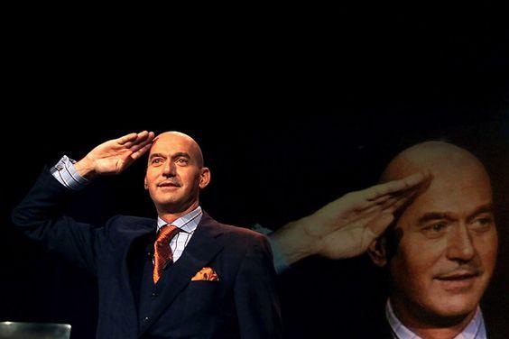 Pim Fortuyn Geeft zijn 'At Your Service'-groet tijdens zijn toespraak op het Leefbaar Nederland Congres waar hij tot lijsttrekker werd verkozen........hoe zou het zijn als hij niet was vermoord.....