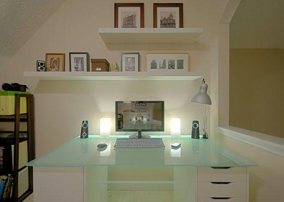 plateau de bureau en verre, grand bureau super beau et étagères murales flottantes