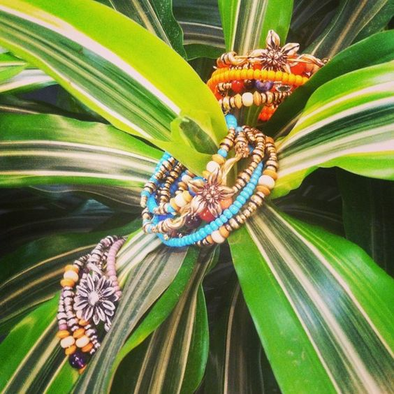 Start the summer off by adding personality to your set with the use of bright colors and flower wraps @alexandani @positivelycarolyn #charmedarms #alexandani #madeinamerica #summer #colors ☀️