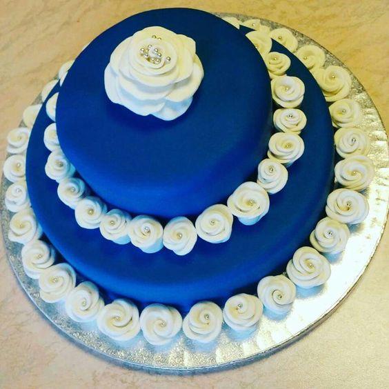 Ecco il risultato finale!  Torta di compleanno con rose bianche in pasta di zucchero   http://tortediciuffina.blogspot.it/2016/01/torta-di-compleanno-con-rose-bianche.html  Mudcake al cioccolato bianco con Nutella  #ciuffina #tortadecorata #torta #cake #pastadizucchero #sugarpaste #blu #blue #bianco #white #rosa #rose #roses #compleanno #birthday #mudcake #cioccolatobianco #nutella #buoncompleanno #happybirthday